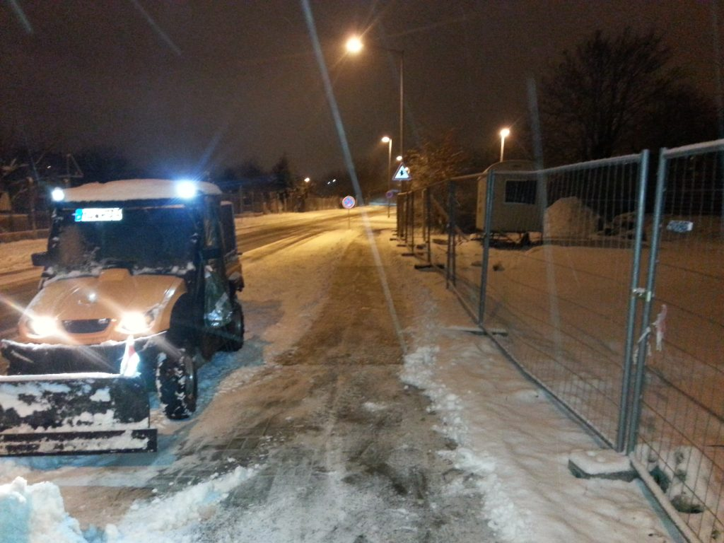 Winterdienst Magdeburg - Fahrzeug beim Schnee schieben