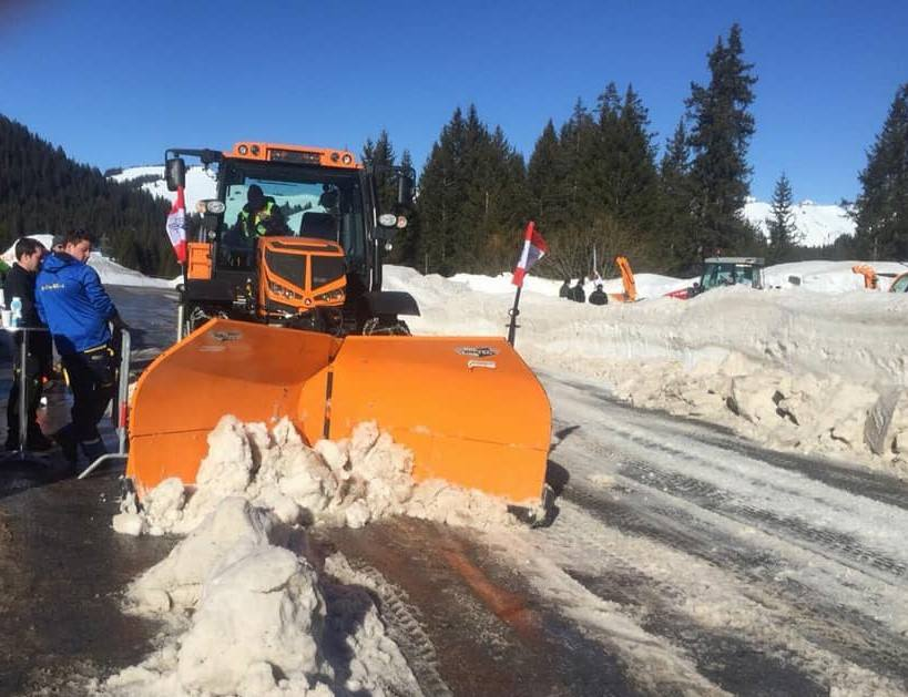 Winterdienst Fahrzeug mit Schneepflug und Streuvorrichtung